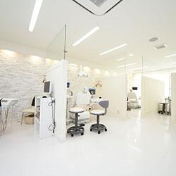 白を基調とした広めの診療室