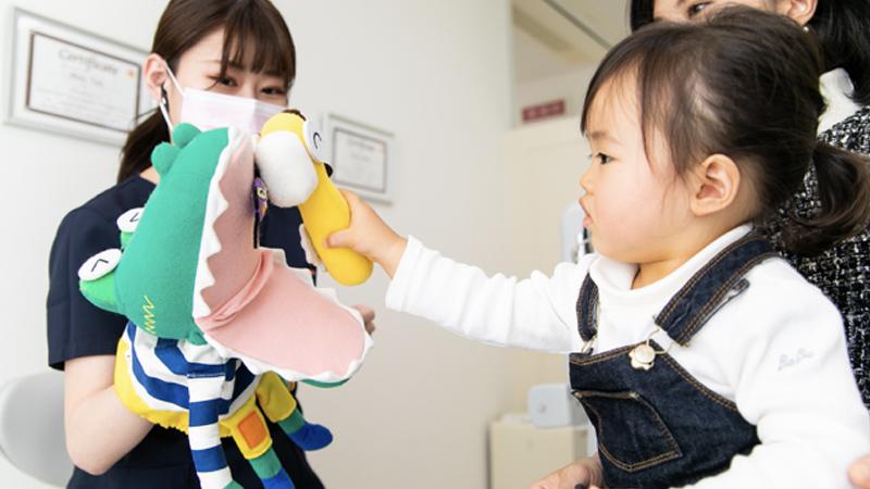 様々な道具を使ったりしながらお子様に歯磨きに興味を持ってもらえるようにしています