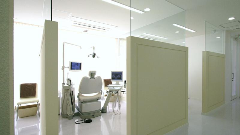 クリーニングの時は暖かい光の刺す癒しをイメージした半個室あの診療室へ