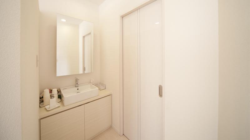 歯磨きをしていただきやすいようにトイレとは別にパウダールームをご用意