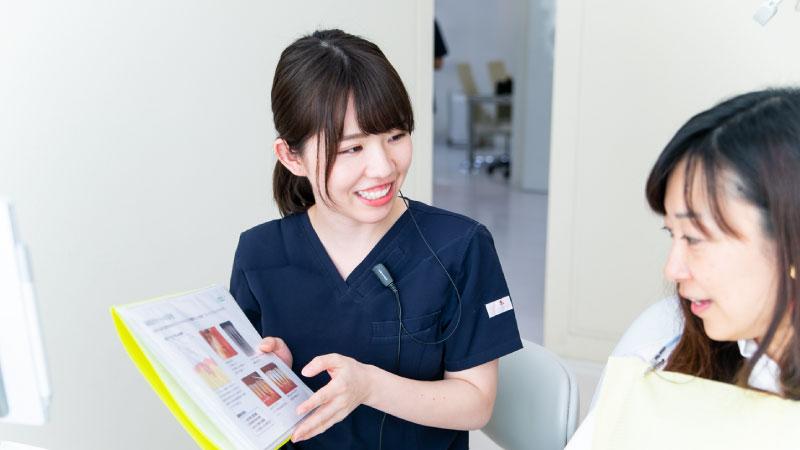 当院では資料を使って衛生士から歯周病や虫歯の説明をさせて頂きます