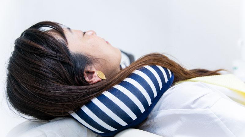 首が痛い方や横になった時にうまくフィットしない方にはクッションのご用意もありますので、お気軽にお声掛けください