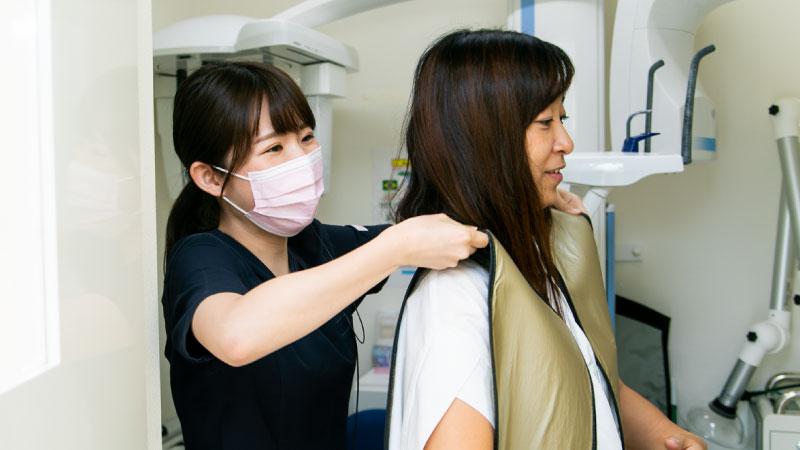 院では小さなお子様にも配慮し、患者様におかけする防護服も一般的な防護服の1/3の重さの防護服を使用