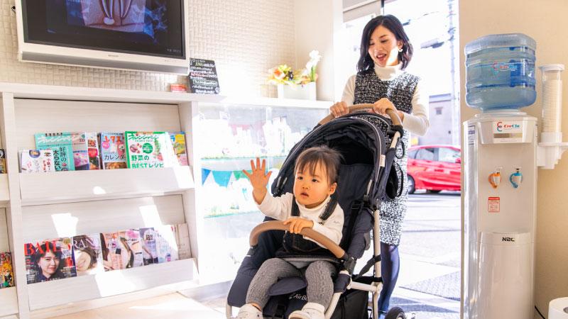 車椅子やベビーカーに対応できるようにバリアフリー設計ですが、入り口のみ段差がございますので、スロープをご用意