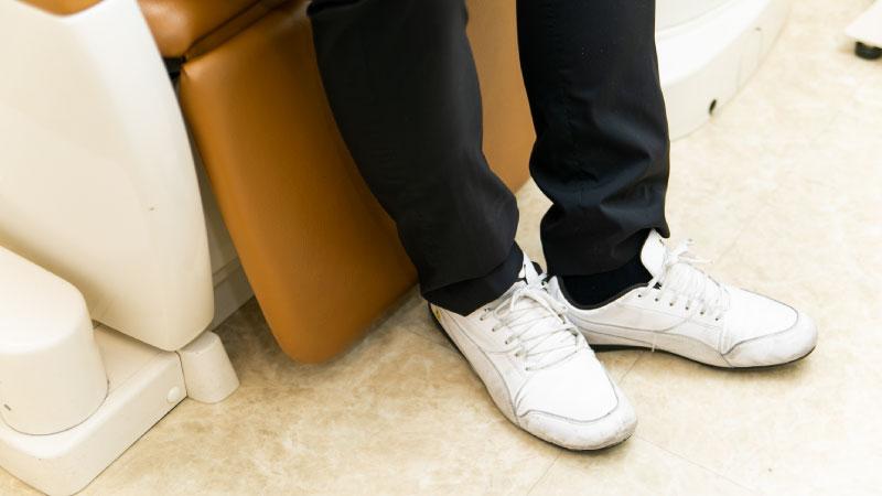 履物を脱ぎにくい方の為にそのまま座っていただける椅子もございます。