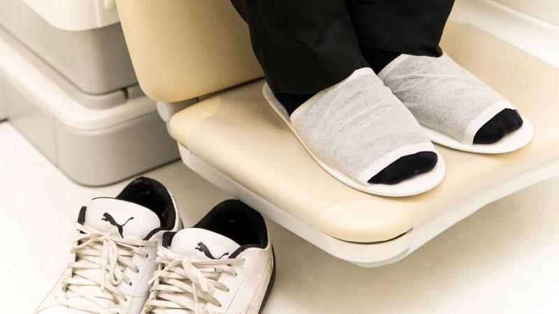 診療台の上のみお履物を脱いで頂くようになりました。使い捨てのスリッパをお使いください。