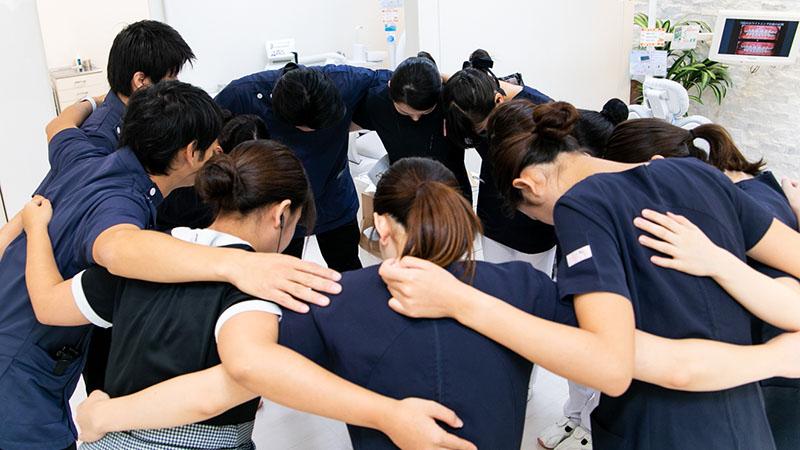 チームワークを第一に考え、朝は円陣を切ってスタートするようになり、助け合いの心を持つ事(フォロー体制の確立)を強く意識するようにしています。